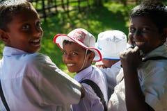 De schooljongens bezoeken olifant het voeden landbouwbedrijf Royalty-vrije Stock Foto