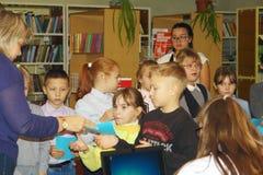 De schoolkinderen zijn bezet met de leraar Royalty-vrije Stock Foto