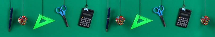 De schoollevering hangt op kabel Schoollevering op groene achtergrond Terug naar het Concept van de School banner stock fotografie
