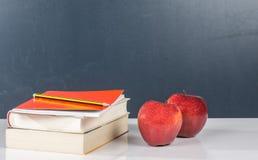 Boeken en smakelijke appelen Stock Fotografie