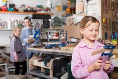 De schoolmeisjes bestuderen hulpmiddelen voor houtsnijwerk Royalty-vrije Stock Fotografie