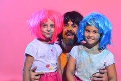De schoolmeisjes en de gebaarde mens hebben verfvlekken op gezichten Royalty-vrije Stock Fotografie