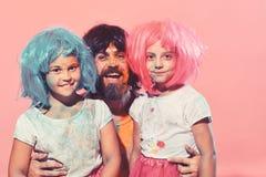 De schoolmeisjes en de gebaarde mens hebben verfvlekken op gezichten royalty-vrije stock foto
