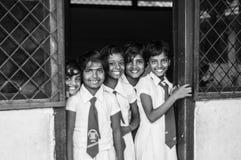 De schoolmeisjes glimlachen stock foto's