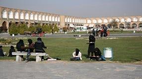 De schoolmeisjes leren op het vierkant in Abbasi Jame mos Royalty-vrije Stock Foto's