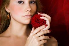 De schoonheid met rood nam toe royalty-vrije stock foto's