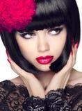 De Schoonheid ModelGirl van de manierglamour met Make-up en loodjes kort Haar Royalty-vrije Stock Fotografie
