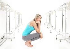 De schoonheid van de blonde in een garderobe Royalty-vrije Stock Fotografie