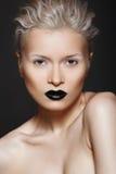 De schoonheid van de manier. Kapsel, samenstelling & zwarte lippen Stock Fotografie
