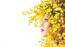 De schoonheid van de vrouwenmimosa stock afbeeldingen