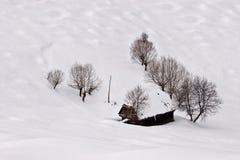De schoonheid van de winter met kleine plattelandshuisje en sneeuw stock foto's