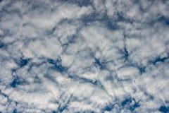 De schoonheid van de hemel met wolken en de zon stock afbeeldingen