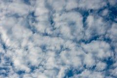 De schoonheid van de hemel met wolken en de zon royalty-vrije stock foto
