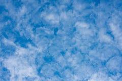 De schoonheid van de hemel met wolken en de zon royalty-vrije stock afbeeldingen