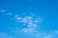 De schoonheid van de hemel met wolken en de zon stock foto