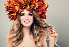 De schoonheid van de herfst Het portret van het aantrekkelijke naaktheidvrouw behandelen door esdoorn doorbladert Beautiful Woman stock afbeelding