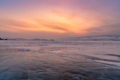 De schoonheid van na zonsonderganghemel over Baikal bevroor watermeer stock afbeeldingen