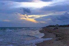 De schoonheid van de wolken op een donkere middag op de stranden van Barcelona stock afbeelding