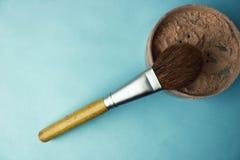 De schoonheidsdoos, kruimelig steen mineraal poeder met speciale bruin is royalty-vrije stock fotografie