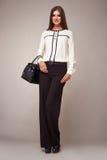 De schoonheidsmanier kleedt het toevallige modelbrunette van de inzamelingsvrouw royalty-vrije stock fotografie