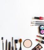 De schoonheidsmiddelen en de manierachtergrond met maken omhoog kunstenaarsvoorwerpen: lippenstift, oogschaduwwen, mascara, eyeli Royalty-vrije Stock Afbeelding
