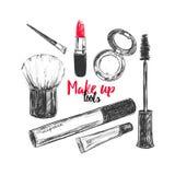 De schoonheidsmiddelen en de schoonheidsachtergrond met maken kunstenaar en het kappen omhoog voorwerpen: lippenstift, room, bors Stock Foto