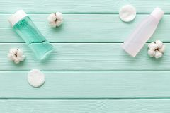 De schoonheidsmiddelen van de huidzorg met gezichts tonisch, myceliumwater en katoenen stootkussens op munt groen houten achtergr royalty-vrije stock foto