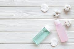 De schoonheidsmiddelen van de huidzorg met gezichts tonisch, myceliumwater en katoenen stootkussens op wit houten achtergrond hoo stock foto