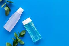 De schoonheidsmiddelen van de huidzorg met gezichts tonische, myceliumwater en installatie op blauw achtergrond hoogste meningsmo royalty-vrije stock afbeelding