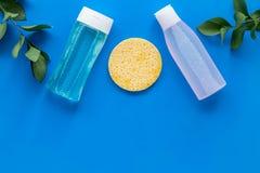De schoonheidsmiddelen van de huidzorg met gezichts tonische, myceliumwater en spons op blauw achtergrond hoogste meningsmodel royalty-vrije stock afbeelding