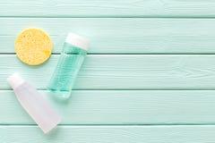 De schoonheidsmiddelen van de huidzorg met gezichts tonische, myceliumwater en spons op munt greem achtergrond hoogste meningsmod stock foto's