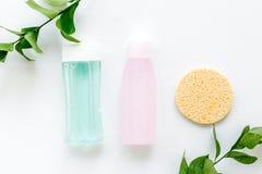 De schoonheidsmiddelen van de huidzorg met gezichts tonische, myceliumwater en spons op wit achtergrond hoogste meningsmodel stock fotografie