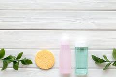 De schoonheidsmiddelen van de huidzorg met gezichts tonische, myceliumwater en spons op wit houten achtergrond hoogste meningsmod royalty-vrije stock afbeelding