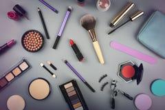 de schoonheidsmiddelen van de make-upkunstenaar op grijze achtergrond worden geplaatst die stock foto's