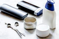 De schoonheidsmiddelen van mensen voor haar in fles bij badkamers Stock Fotografie