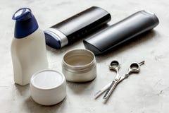 De schoonheidsmiddelen van mensen voor haar in fles bij badkamers Stock Foto's