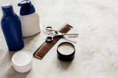 De schoonheidsmiddelen van mensen voor haar in fles bij badkamers Royalty-vrije Stock Foto's
