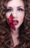 De schoonheidsportret van de studio met rode vlinder Royalty-vrije Stock Afbeeldingen