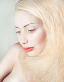 De schoonheidsportret van de studio van blond sexy meisje stock afbeeldingen
