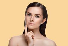 De schoonheidsportret van de vrouwen kosmetisch close-up Over kleurenachtergrond Stock Foto's