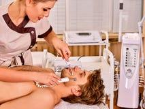 De schoonheidssalon van de mensen gezichtsmassage Elektrische de huidzorg van de stimulatiemens Stock Foto's