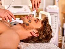 De schoonheidssalon van de mensen gezichtsmassage Elektrische de huidzorg van de stimulatiemens Royalty-vrije Stock Afbeeldingen