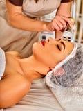 De schoonheidssalon van de vrouwenmassage De elektrische zorg van de stimulatie vrouwelijke huid Royalty-vrije Stock Foto