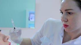 De schoonheidsspecialist maakt tot injectie plastic lippen stock footage