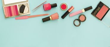 De schoonheidsvlakte legt met vrouw maakt omhoog producten en toebehoren in roze kleur Stock Foto
