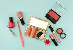 De schoonheidsvlakte legt met vrouw maakt omhoog producten en toebehoren in roze kleur Royalty-vrije Stock Foto's