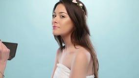 De schoonheidsvrouw heeft haar gedaane make-up stock video