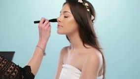 De schoonheidsvrouw heeft haar gedaane make-up stock videobeelden