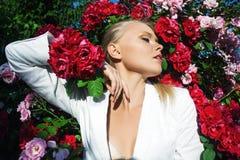 De schoonheidsvrouw met bos nam bloemen toe Stock Fotografie