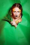 De schoonheidsvrouw met bos nam bloemen toe Royalty-vrije Stock Foto
